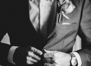 Ai là người mặc vest trong các buổi lễ cưới ?